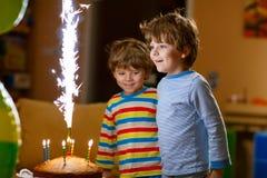 Kleinkindjungen, die Geburtstag mit Kuchen und Kerzen feiern Lizenzfreie Stockfotos