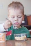 Kleinkindjungeneine kleinigkeit essen Lizenzfreie Stockfotografie