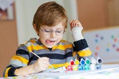 Kleinkindjungenzeichnung mit bunten Aquarellen Lizenzfreies Stockfoto