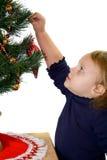 Kleinkindkind, das Weihnachtsbaum verziert. Stockbild