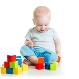 Kleinkindkinderjunge, der hölzerne Spielwaren spielt Stockfotos