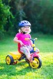 Kleinkindmädchen auf einem Fahrrad Stockfotografie