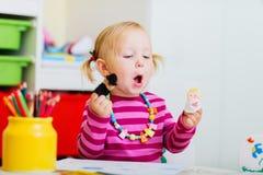 Kleinkindmädchen, das mit Fingermarionetten spielt Lizenzfreies Stockbild