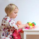 Kleinkindmädchen, das mit Spielwaren spielt Stockbild