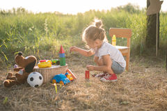 Kleinkindmädchen, das mit Spielwaren spielt Lizenzfreie Stockbilder