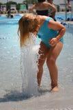 Kleinkindmädchen, das weg im Pool abkühlt Stockbilder