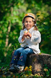 Kleinkindmädchen in der warmen Strickjacke im Herbstpark Stockbilder