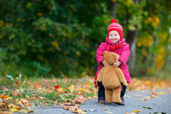 Kleinkindmädchen draußen Stockfotos