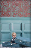 Kleinkindmädchen im Koffer Stockbild