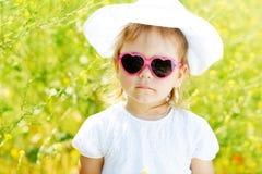 Kleinkindmädchen im Rapsfeld Lizenzfreie Stockfotografie