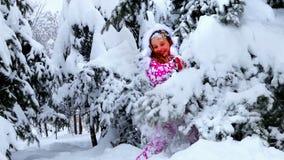 Kleinkindmädchen im Winter kleidet mit fallendem Schnee stock video