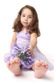 Kleinkindmädchen mit Blumen stockbild
