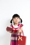 Kleinkindmädchen mit Geschenkbox und Tasche Lizenzfreie Stockfotos