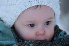 Kleinkindmädchen mit hellen blauen Augen Stockfotos