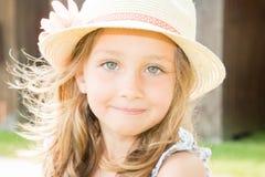 Kleinkindmädchen mit Hut am sonnigen Tag des Sommers Lizenzfreie Stockfotografie
