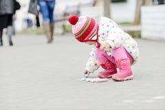 Kleinkindmädchen mit Kreide stockfoto