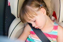 Kleinkindmädchen schlafend in einem Auto stockbild