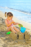 Kleinkindmädchen am Strand Stockbilder