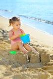 Kleinkindmädchen am Strand Stockfoto