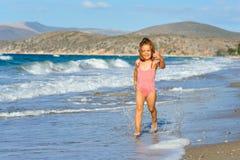 Kleinkindmädchen am Strand Stockfotografie
