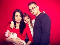 Kleinkindmädchen, -vater und -mutter, die neugeborenes Baby halten stockfotos