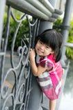 Kleinkindmädchen am Zaun Stockbild