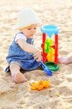 Kleinkindmädchenspielen Spielwaren im Sand lizenzfreies stockfoto