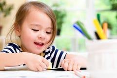Kleinkindmädchenzeichnung und Handelnhandwerk Lizenzfreies Stockbild