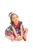 Kleinkindmädchen, das auf Kissen sitzt Lizenzfreies Stockbild