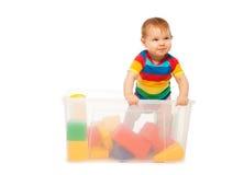 Kleinkindspiel im Korb mit Blöcken Lizenzfreie Stockfotos