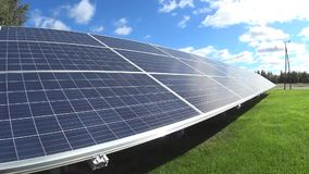 Kleinschalige zonneelektrische centrale stock footage