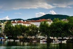 Kleinstadt auf der Küste Stockbild