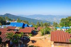 Kleinstadt auf einem Berg Stockbilder