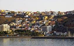 Kleinstadt auf Küste von La Gomera, Kanarische Inseln. Lizenzfreie Stockfotos