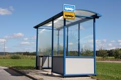 Kleinstadt-Bushaltestelle-Schutz Stockbild