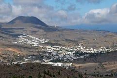 Kleinstadt in der Wüste nahe einem volcan Stockbilder