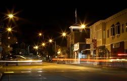 Kleinstadt-Einbruch der Nacht mit dem Strömen von Scheinwerfern Stockbilder