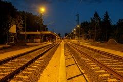 Kleinstadt leerer Trainstation um Mitternacht Stockfotografie