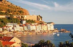 Kleinstadt und adriatisches Meer (Montenegro). Lizenzfreies Stockbild