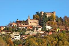 Kleinstadt und mittelalterliches Schloss in Italien. Lizenzfreie Stockfotos