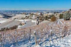 Kleinstadt und schneebedeckte Weinberge in Italien lizenzfreie stockfotografie