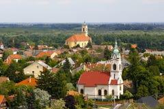 Kleinstadt und zwei Türme oder Kirchen lizenzfreies stockbild