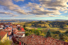 Kleinstadt unter Hügeln. Piedmont, Italien. Lizenzfreie Stockfotografie