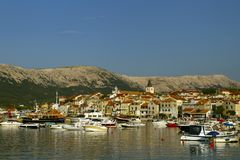 Kleinstadt von Baska sein Jachthafen Boot auf Vordergrund Kroatien-Ferien Insel Krk Adriatische Küste, Kroatien, Europa Sommer va lizenzfreie stockfotos