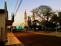 Kleinstadtkirche auf dem Park lizenzfreies stockbild