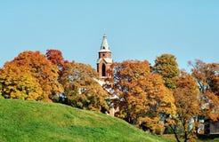 Kleinstadtkirche im Herbst Lizenzfreies Stockfoto