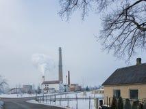 Kleinstadtlandschaft mit rauchendem Kamin auf Hintergrund Lizenzfreies Stockbild