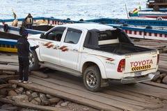 Kleintransporter, der auf eine Fähre bei Tiquina auf Titicaca-See, Bolivien fährt Stockfotos