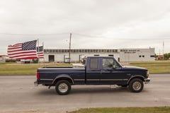 Kleintransporter Fords F 150 mit amerikanischen Flaggen Lizenzfreie Stockbilder