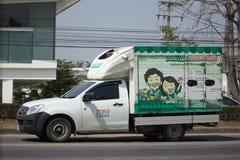 Kleintransporter und Behälter für Tesco-Lotos Zustelldienst Stockfotos